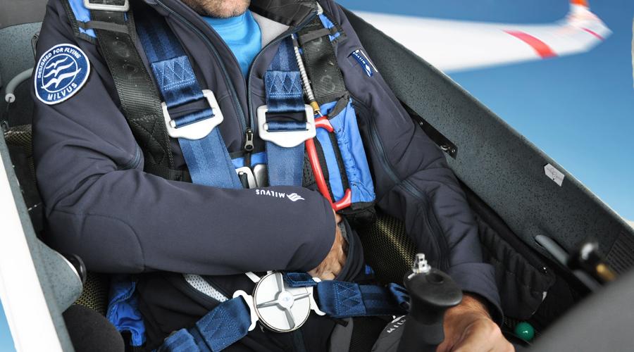 Segelfliegerjacke im Flugzeugcockpit