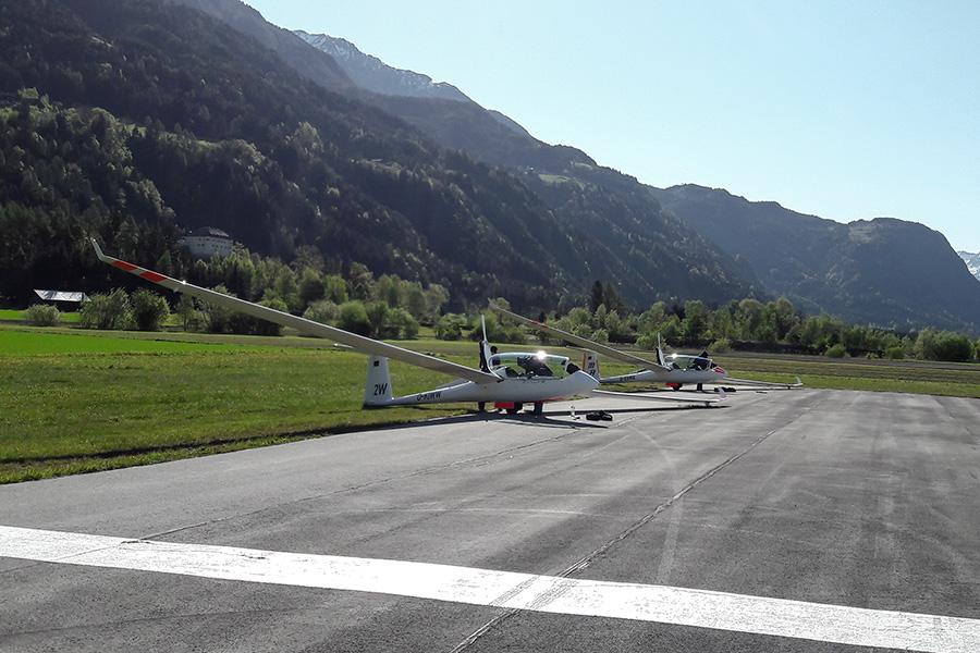 Auf dem Flugplatz in Königsdorf werden die Segelflugzeuge Startklar gemacht.