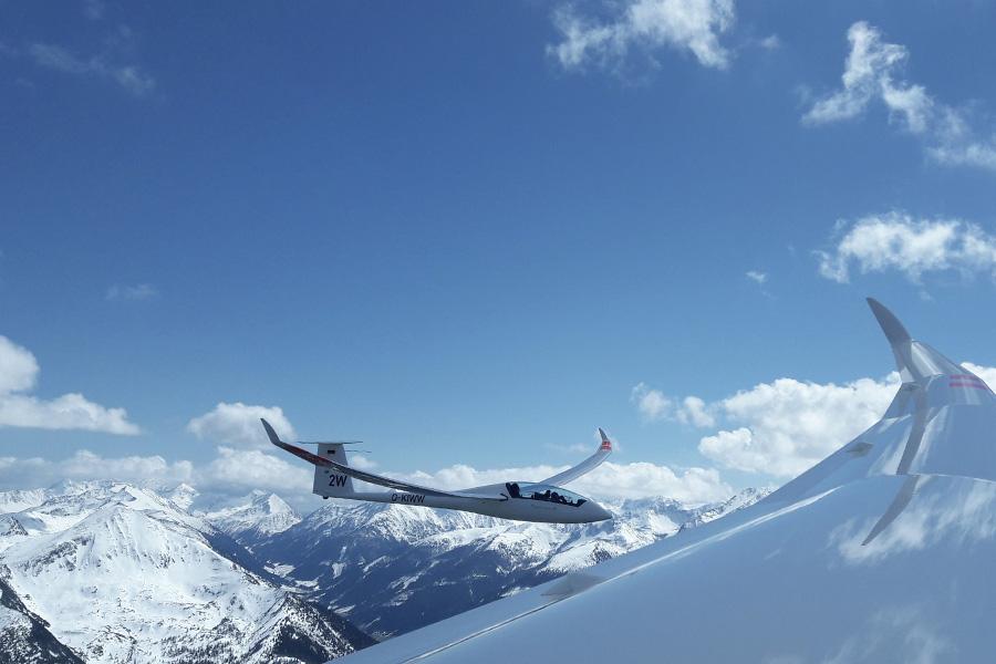 Arcus und Qunitus im Formationsflug über den Schneebedeckten Alpen.
